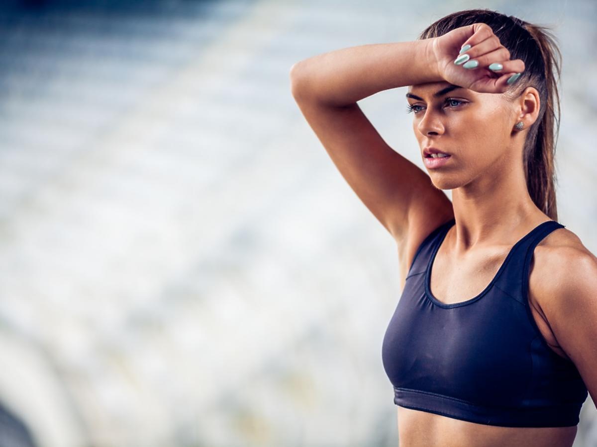 Zmęczona kobieta w stroju sportowym.
