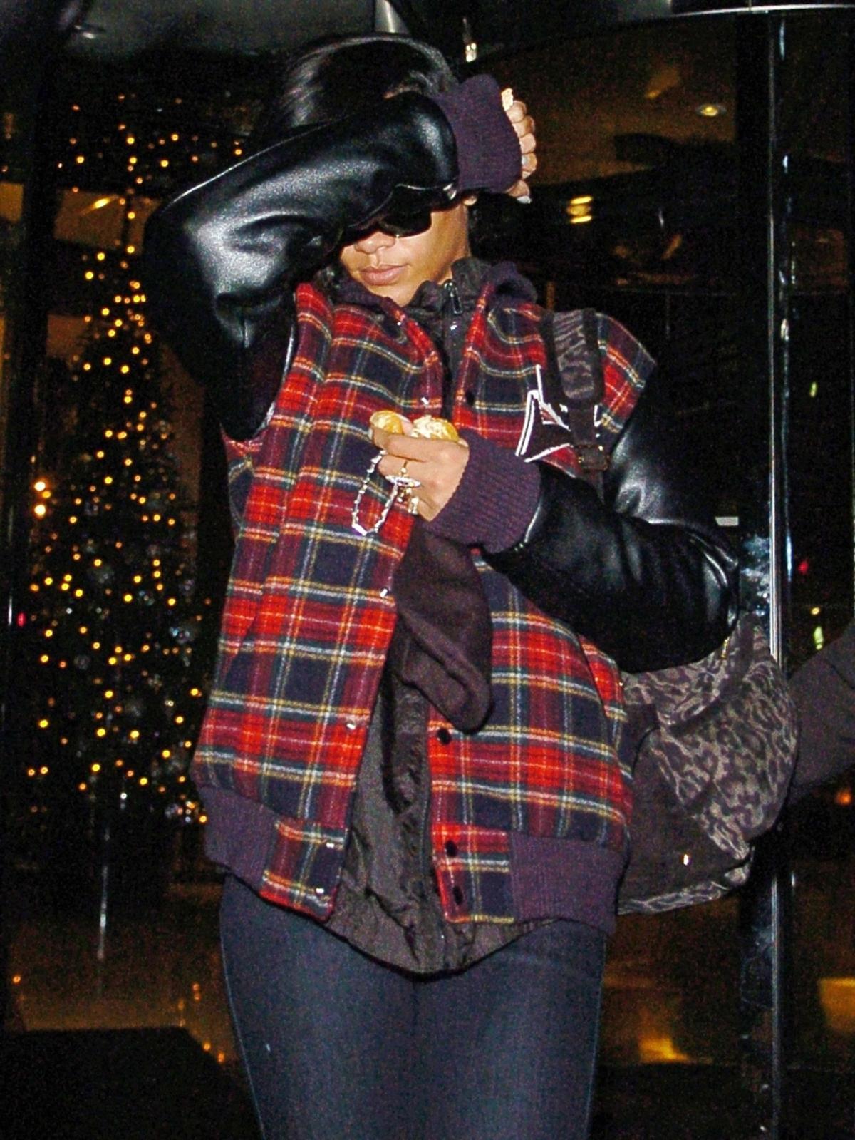Zmęczona Rihanna wraca ze spotkania biznesowego