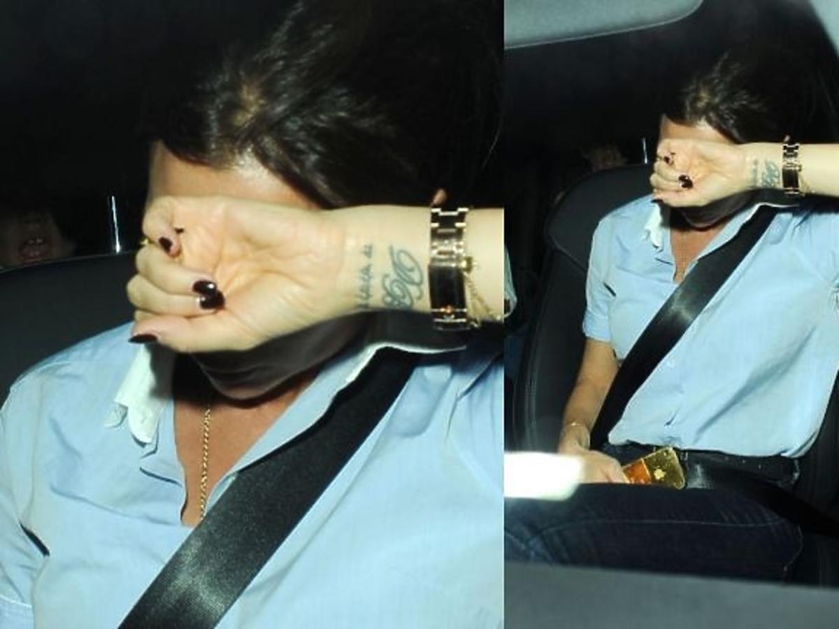 Zmęczona Victoria Beckham z synami w samochodzie