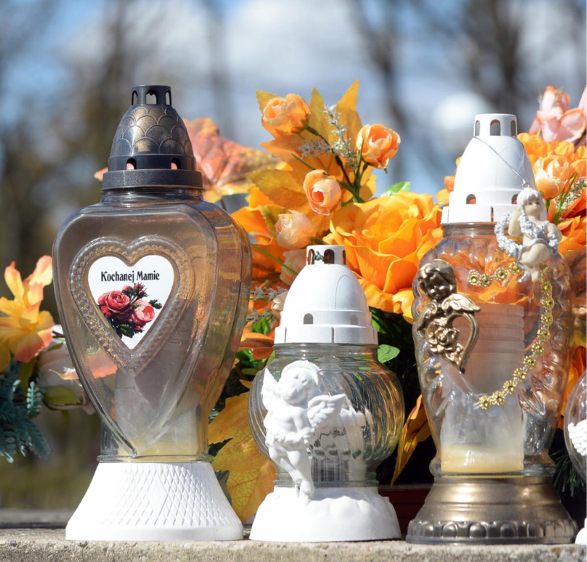 Znicze na cmentarzu