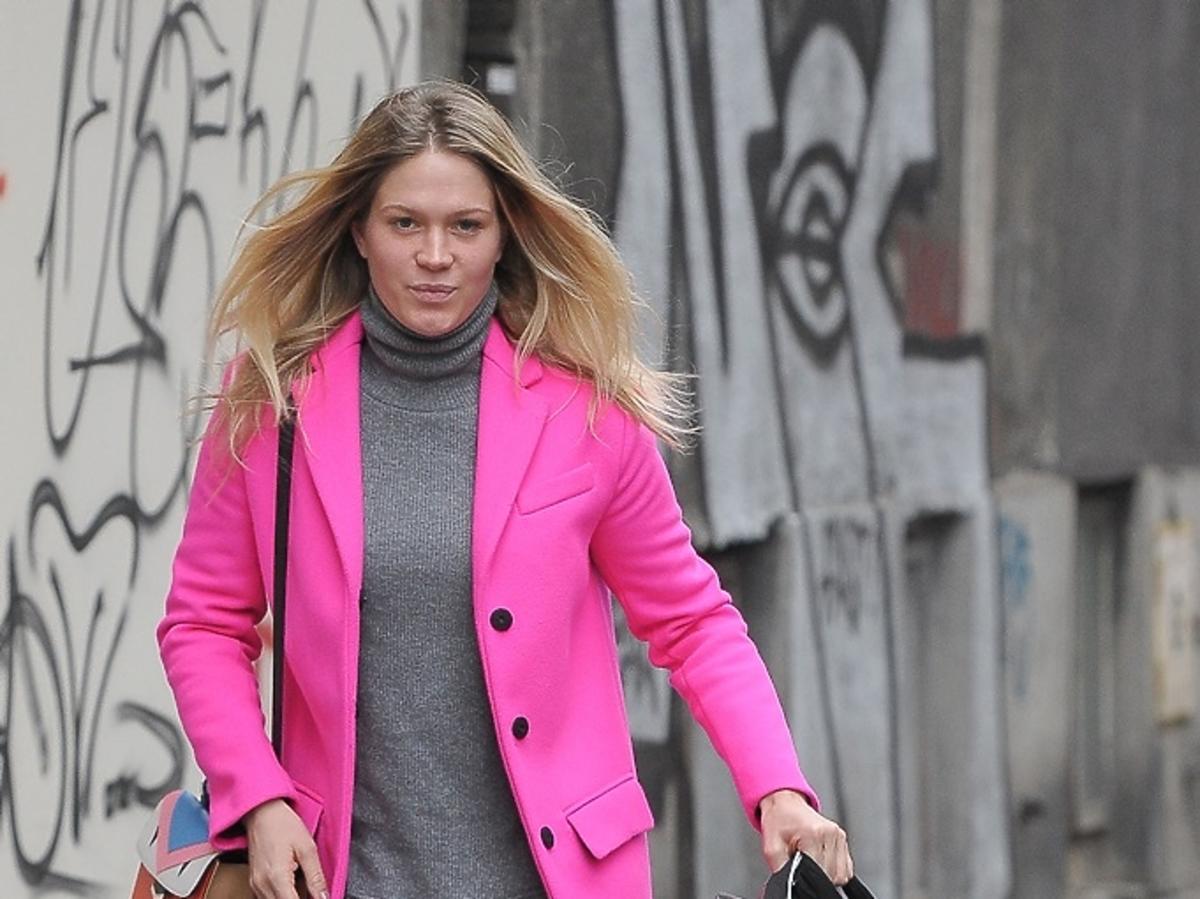 Zofia Ślotała w różowym płaszczu