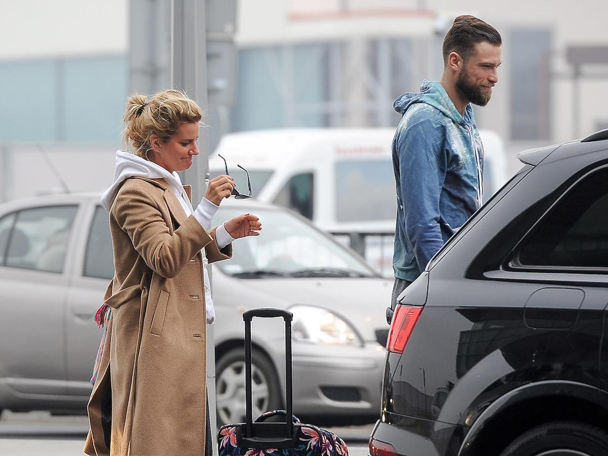 Zofia Zborowska i Andrzej Wrona na lotnisku
