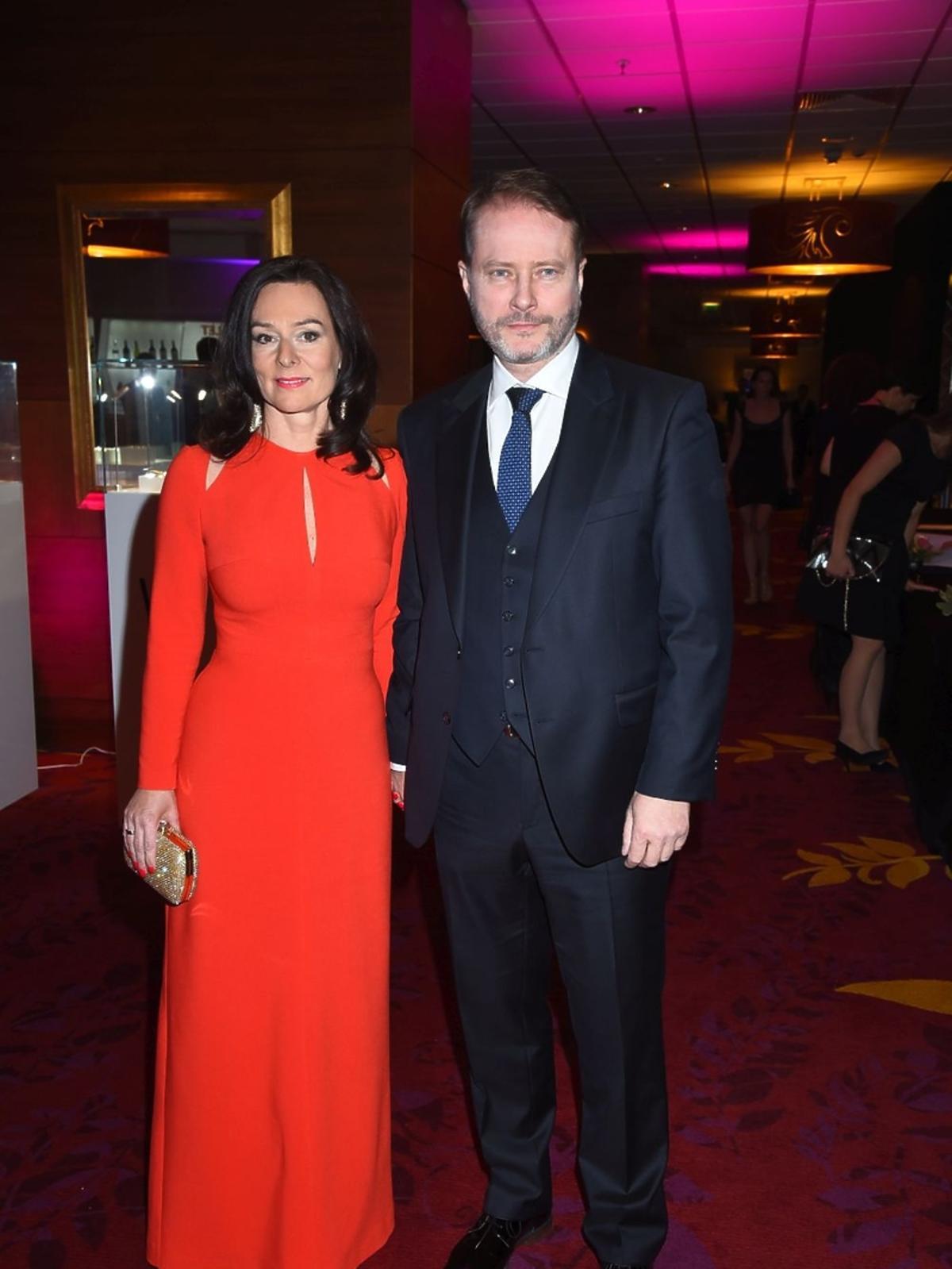 Żona Artura Żmijewskiego w czerwonej sukni