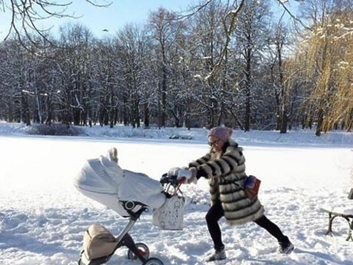 Zosia Ślotała pcha wózek z córką przez śnieg
