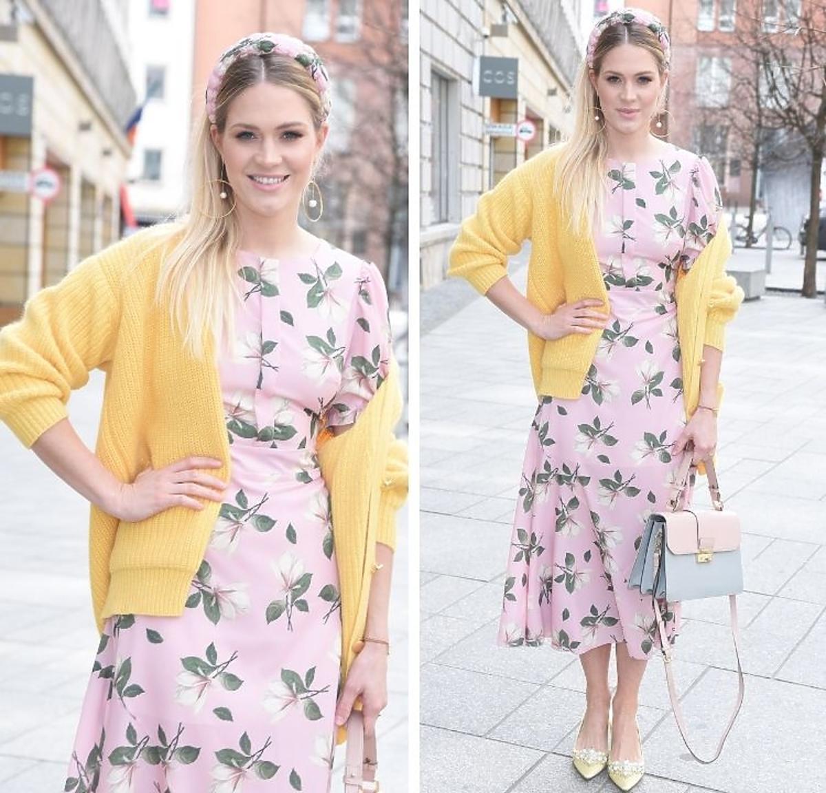 Zosia Ślotała pozuje w żółtym sweterku i sukience w kwiaty w opasce na włosach