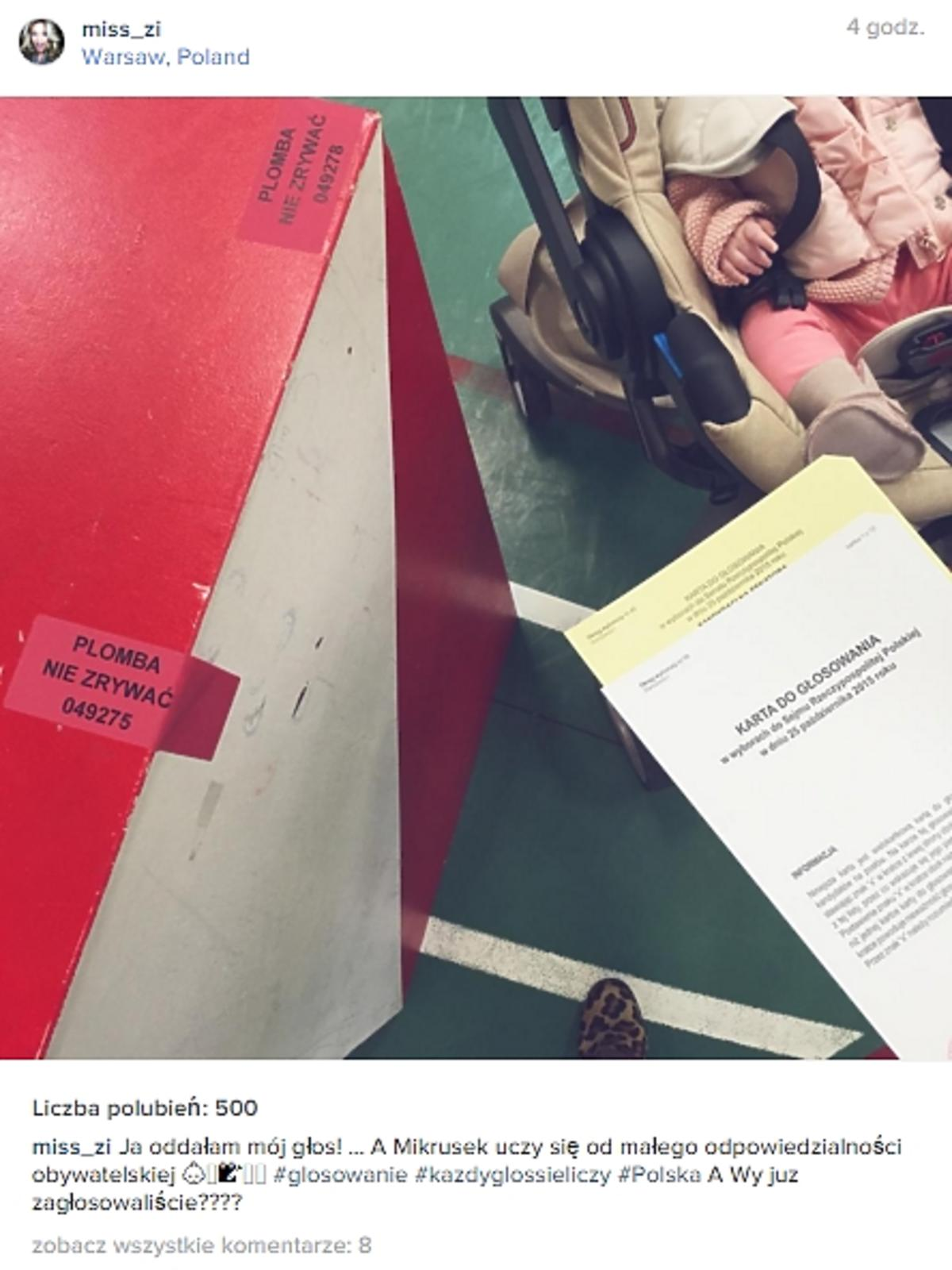 Zosia Ślotała przy urnie wyborczej