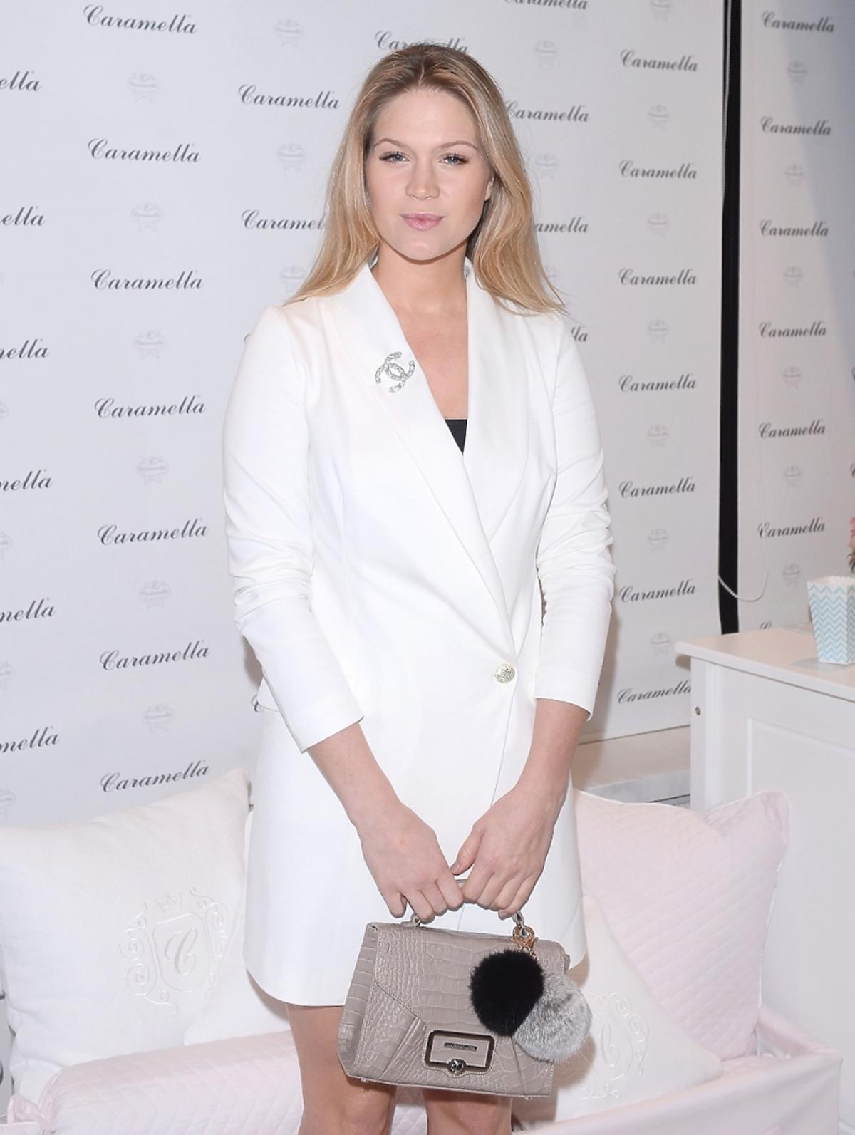 Zosia Ślotała w białej koszulowej sukience