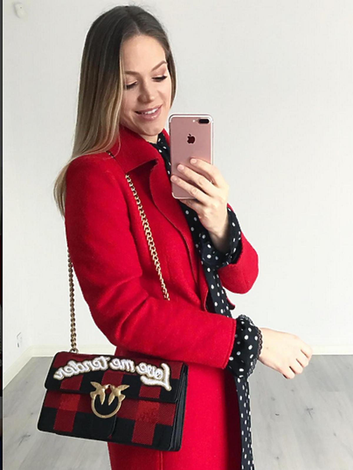 Zosia Ślotała w czerwonym płaszczu
