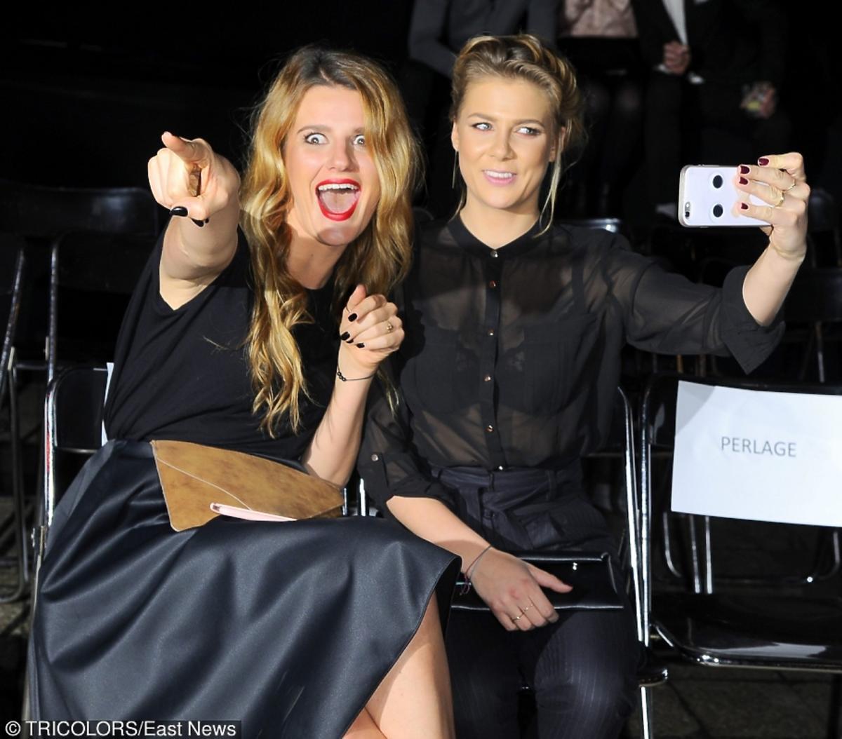 Zosia Zborowska i Marta Wierzbicka na pokazie Roberta Kupisza robia sobie selfie