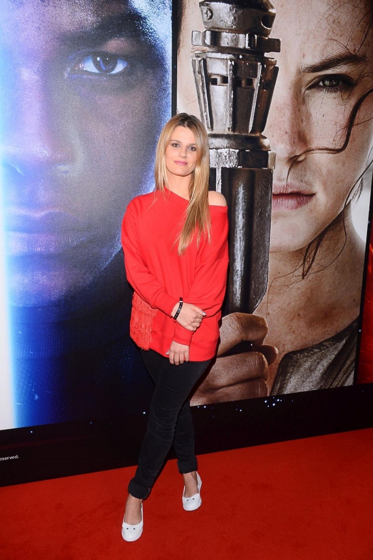 Zosia Zborowska w czerwonym swetrze