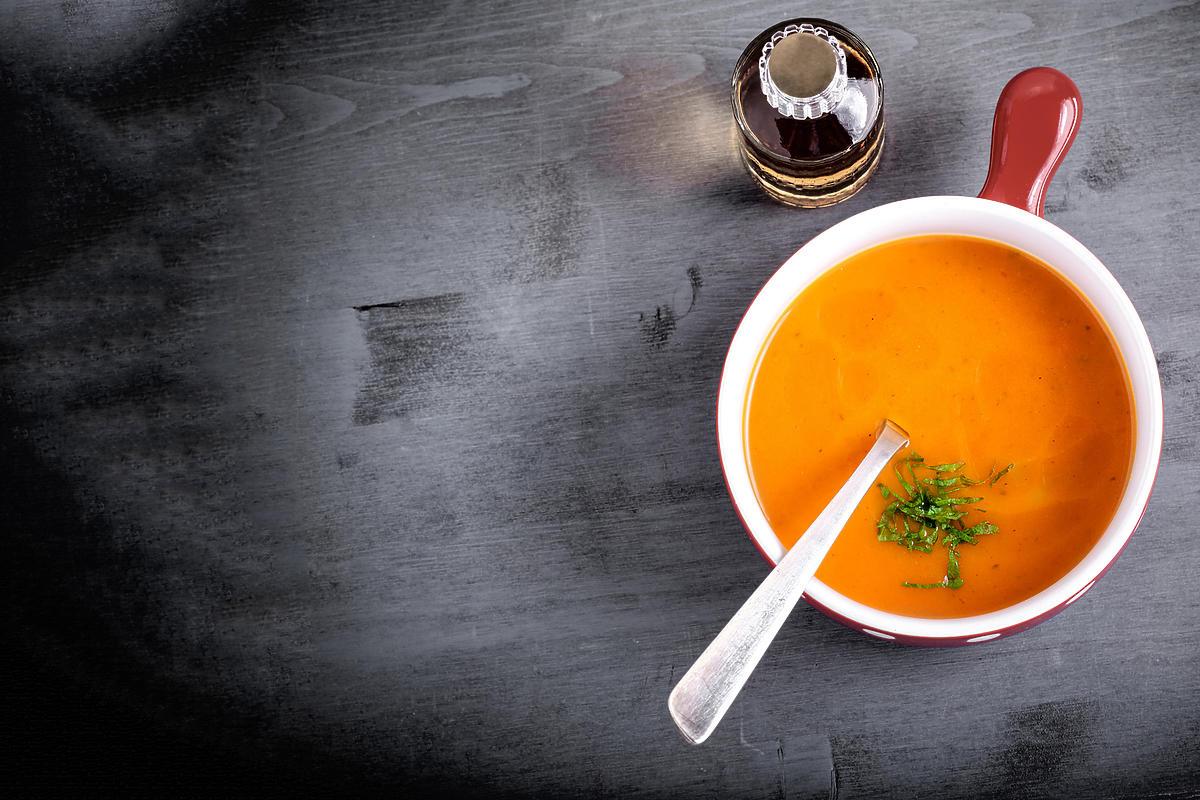 Zupa dyniowa podana na stole