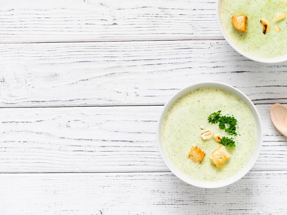 Zupa krem wykonana z kalafiora i podana z grzankami.