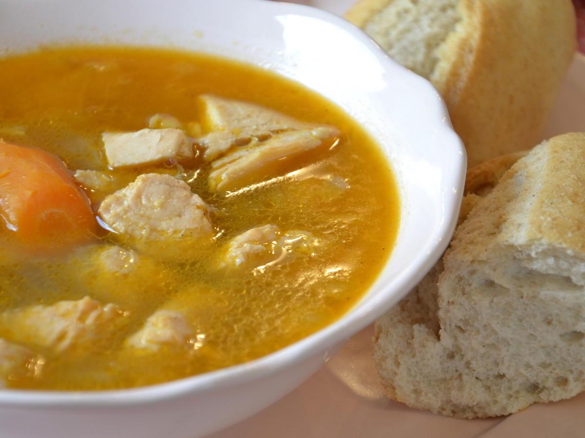 Zupa przygotowana z łososia i ziemniaków.