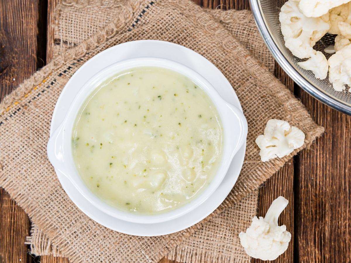 zupa w białej porcelanowej miseczce