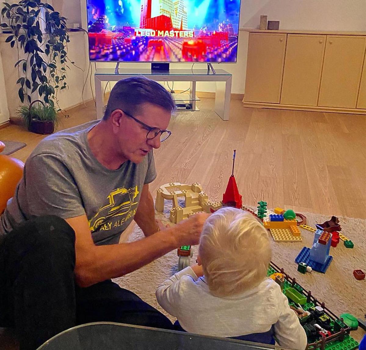 Zygmunt Chajzer bawi się z dzieckiem