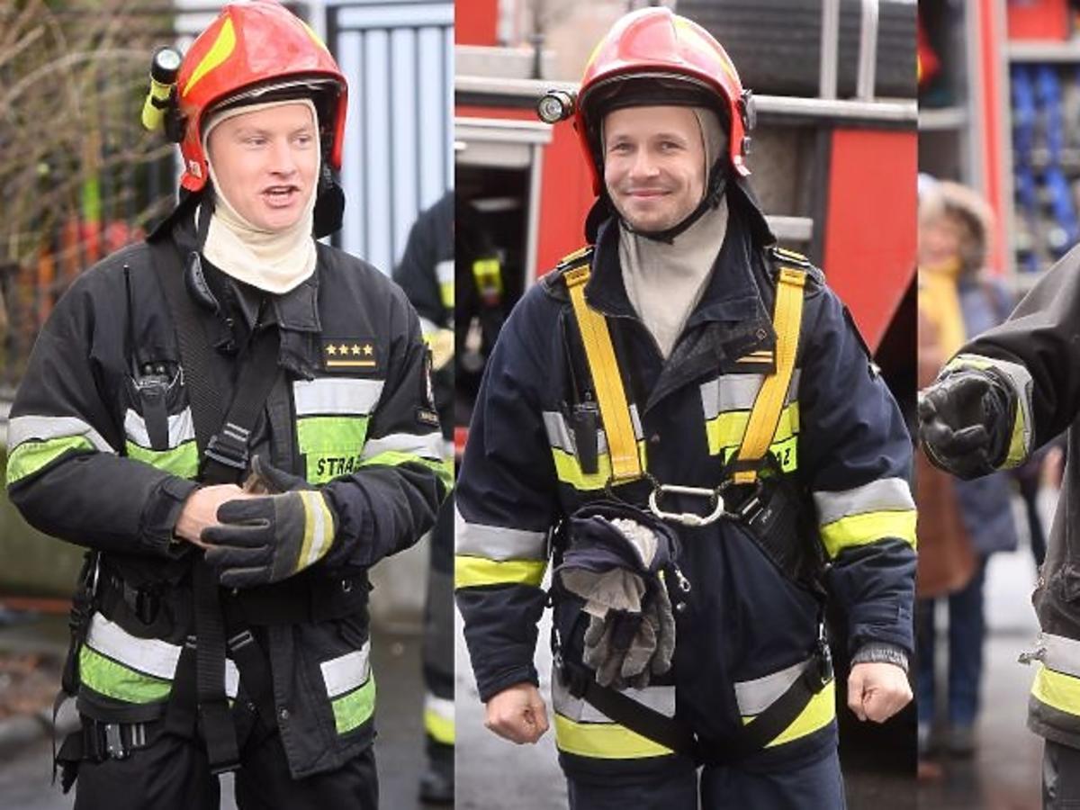 Maciej Zakościelny, Mateusz Banasiuk, Kuba Wesołowski w strojach strażackich