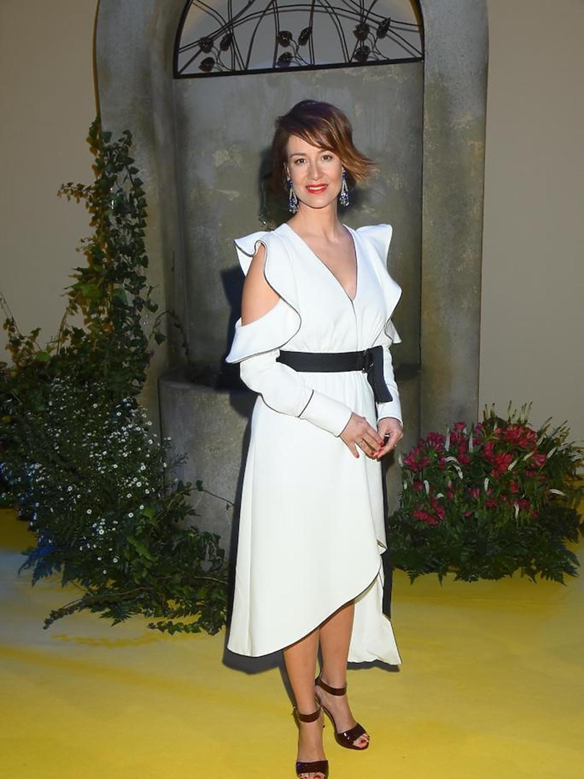 Maja Ostaszewska w białej sukience na konferencji TVN