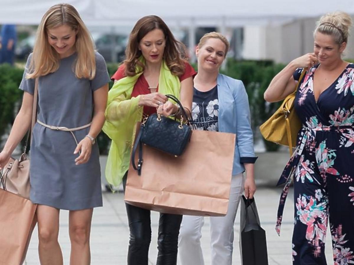 Małgorzata Socha, Magda Stużyńska, Joanna Liszowska, Anita Sokołowska wracają z zakupów na planie Przyjaciółek
