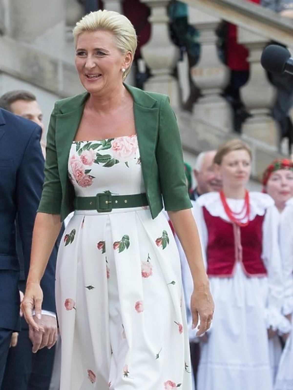 Agata Duda w kwiecistej sukience i zielonym bolerku w USA
