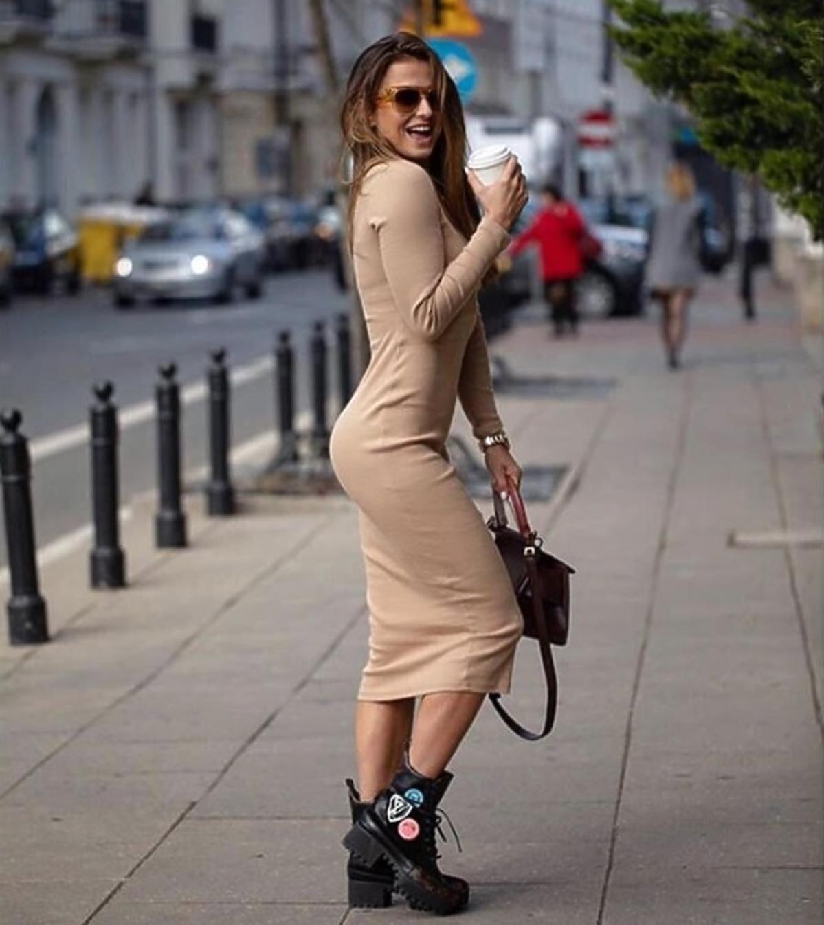 Anna Lewandowska w bezowej sukience i w botkach Louis Vuitton