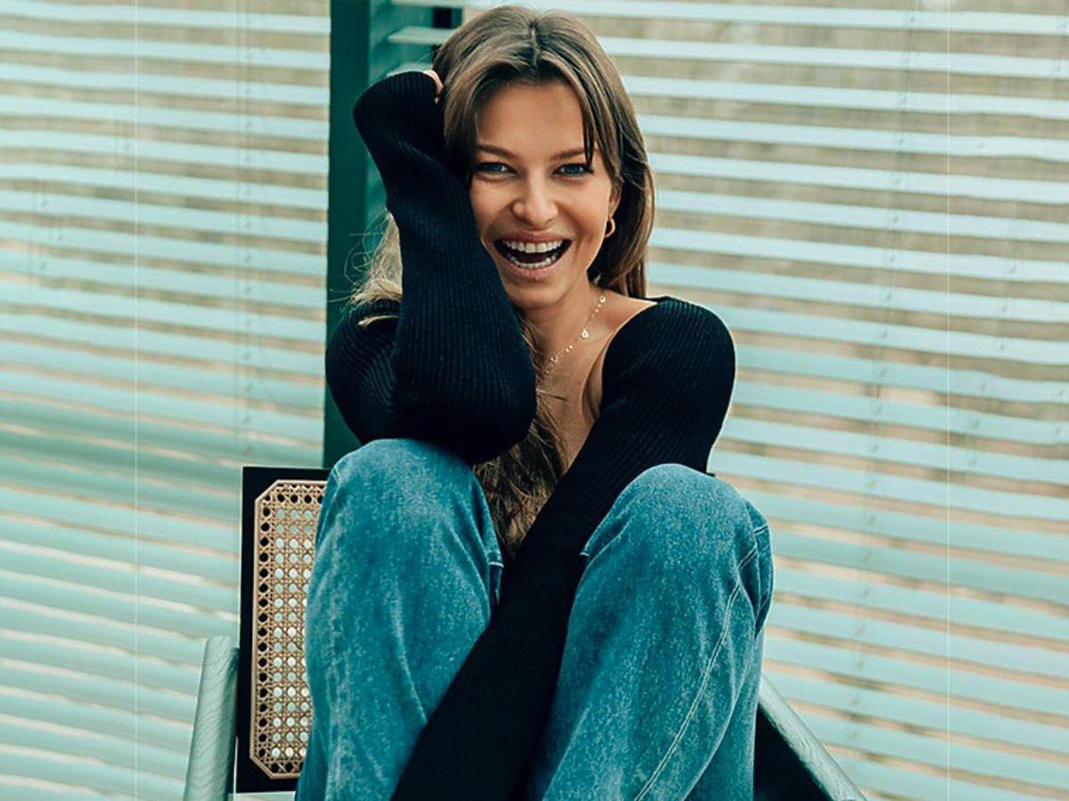 Anna Lewandowska w czarnej bluzce Khaite za ponad 5 tys. zł i jasnych jeansach