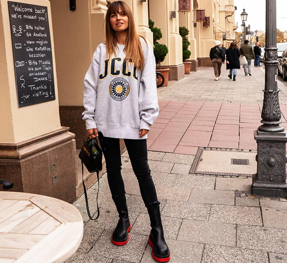 Anna Lewandowska w czarnych botkach combat boots