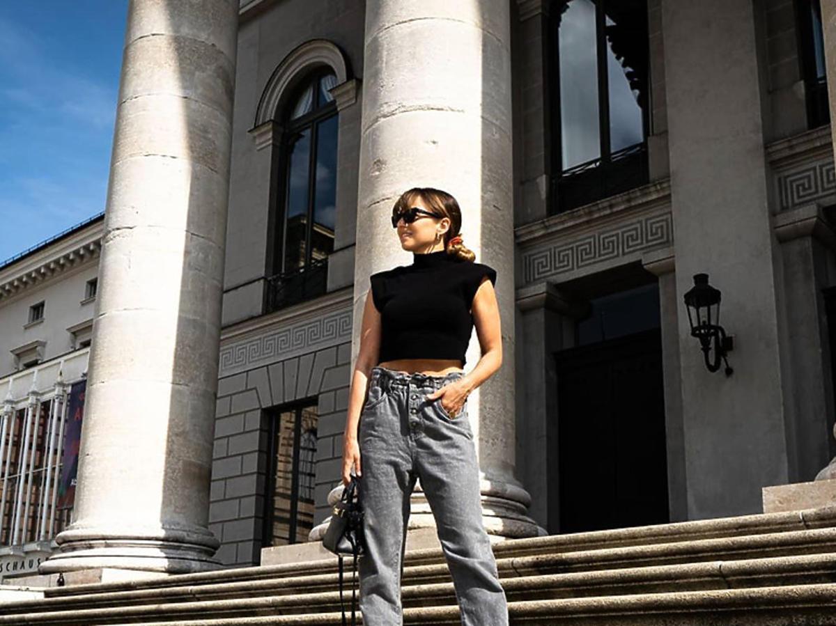 Anna Lewandowska w czarnym golfie i szarych jeansach paperbag