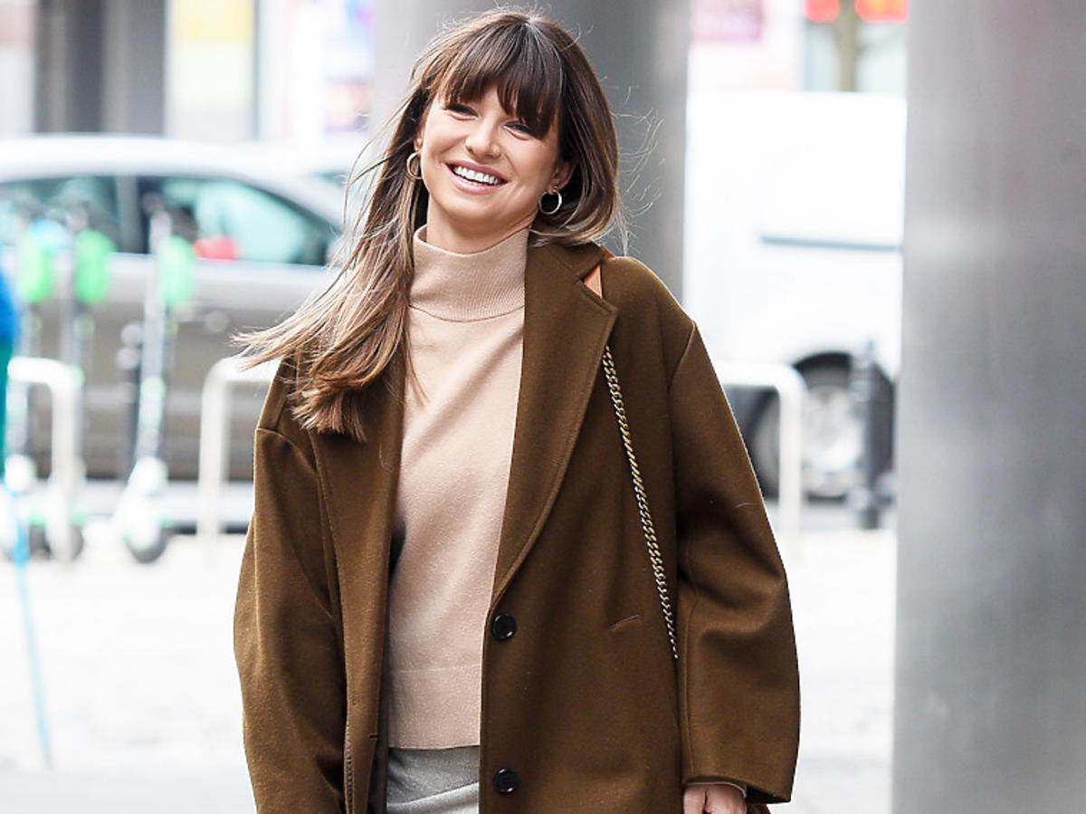 Anna Lewandowska w wiosennej stylizacji: brązowym płaszczu i beżowej bluzce