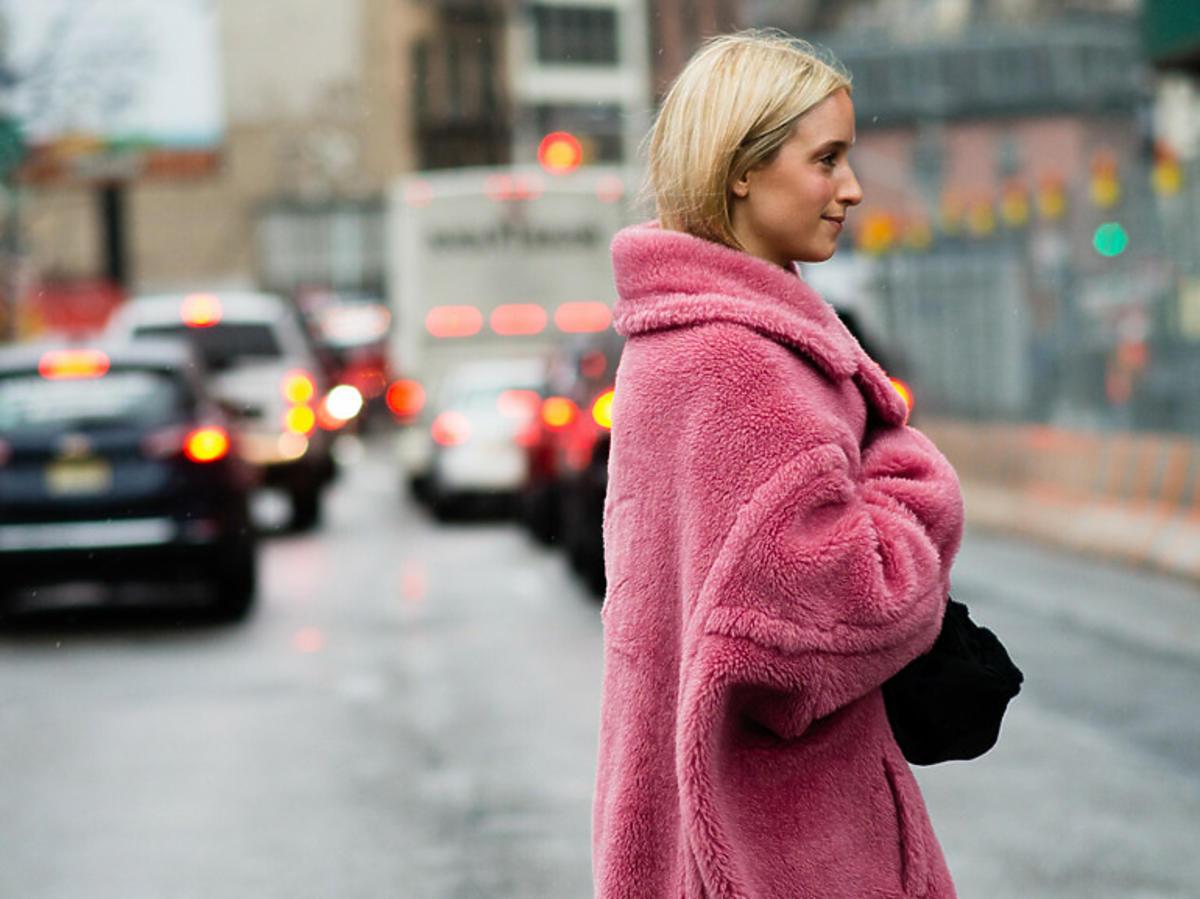 Blondynka w różowym futerku na zimę