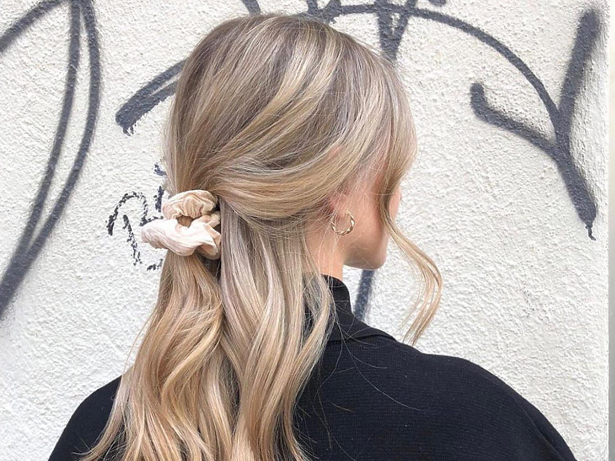 Blondynka z frotką na włosach