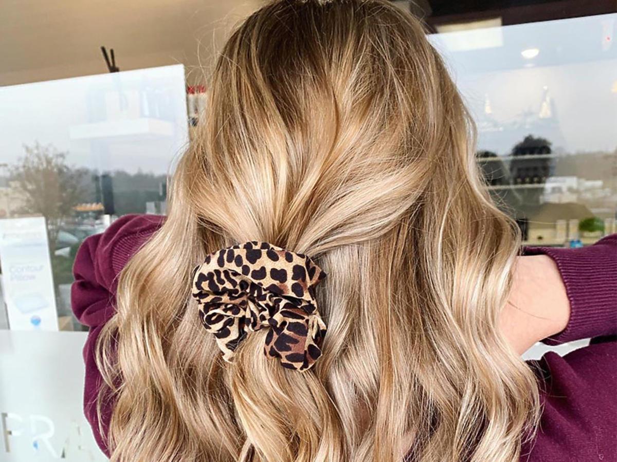 Bronde i wavy hair. To najmodniejsza fryzura na wakacje 2020! Ideał dla długich włosów