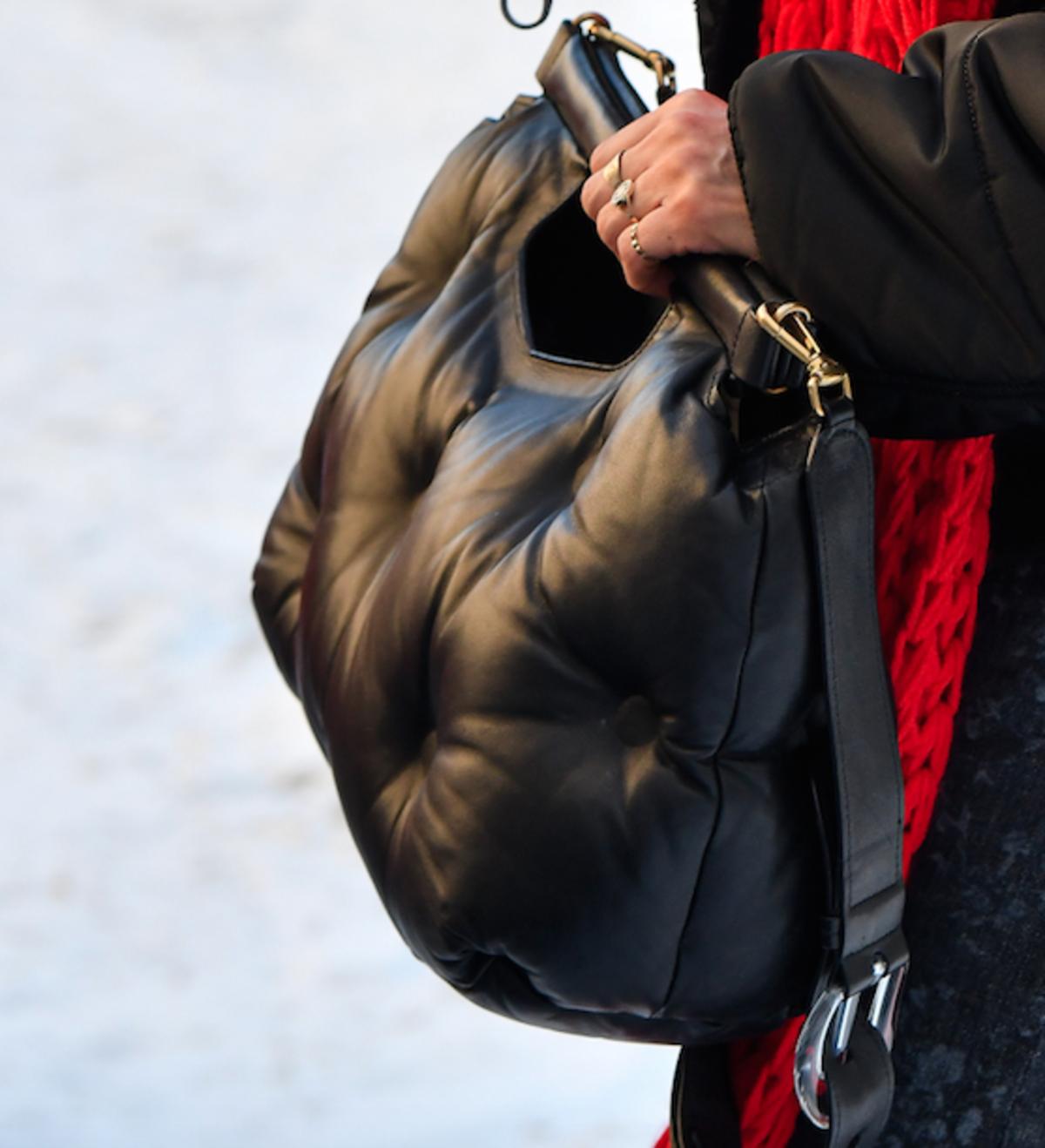 Czarna torebka poduszka