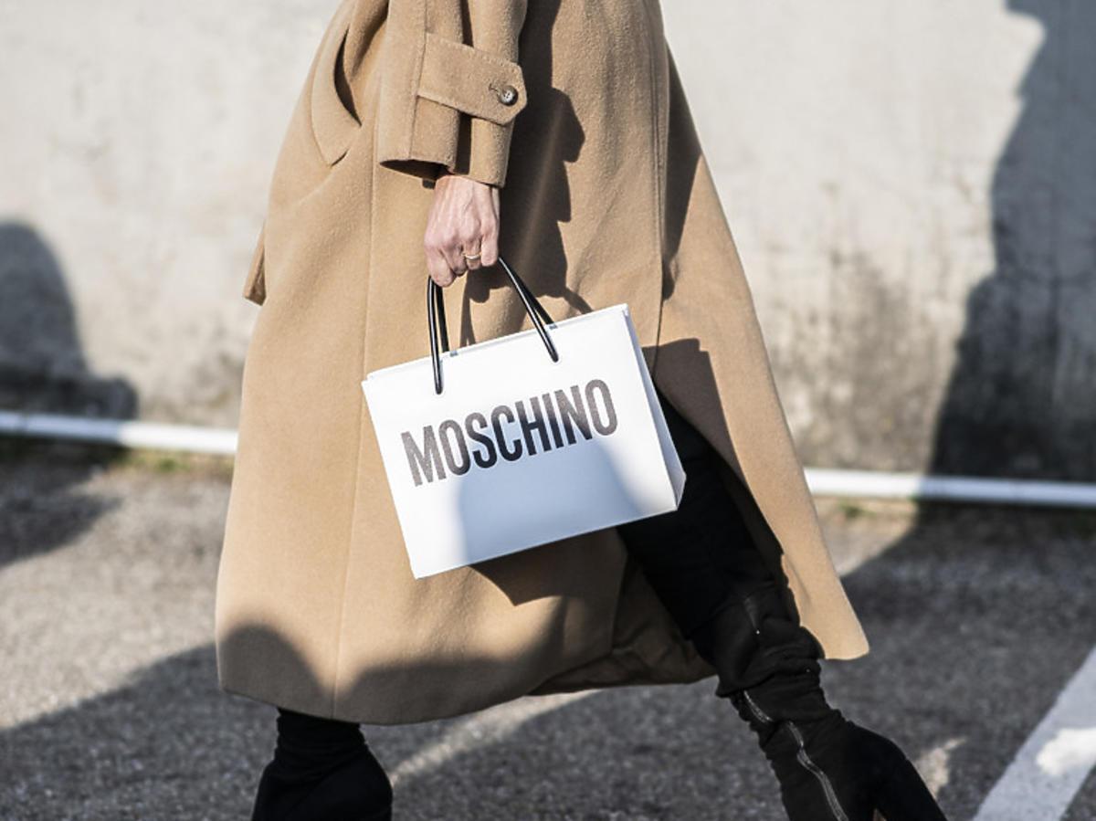 Czarne botki na słupku na jesień, beżowy płaszcz i torebka Moschino