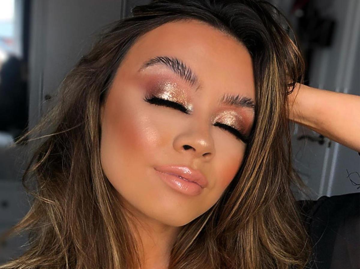 Dziewczyna w makijażu z bronzerem i rozświetlaczem na twarzy