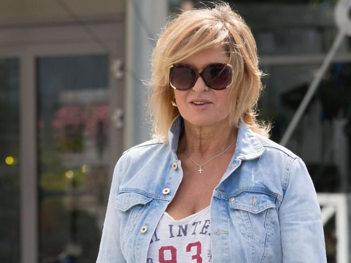 Ewa Kasprzyk w dżinsowej kurtce wychodzi z TVP