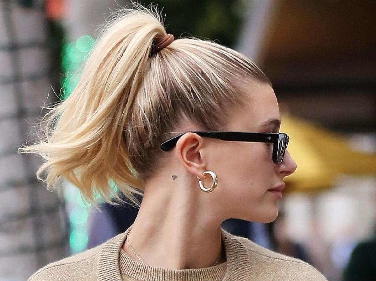 Najmodniejsze fryzury 2020 roku: wysoki, nonszalancki kucyk /Hailey Bieber