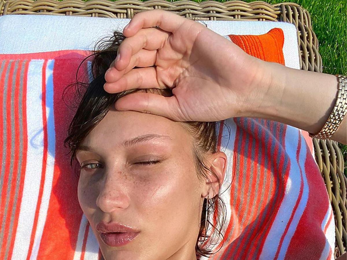 """Fryzury lato 2020. Ta grzywka w stylu Belli Hadid to hit wakacji - oto""""side-swept bangs"""""""