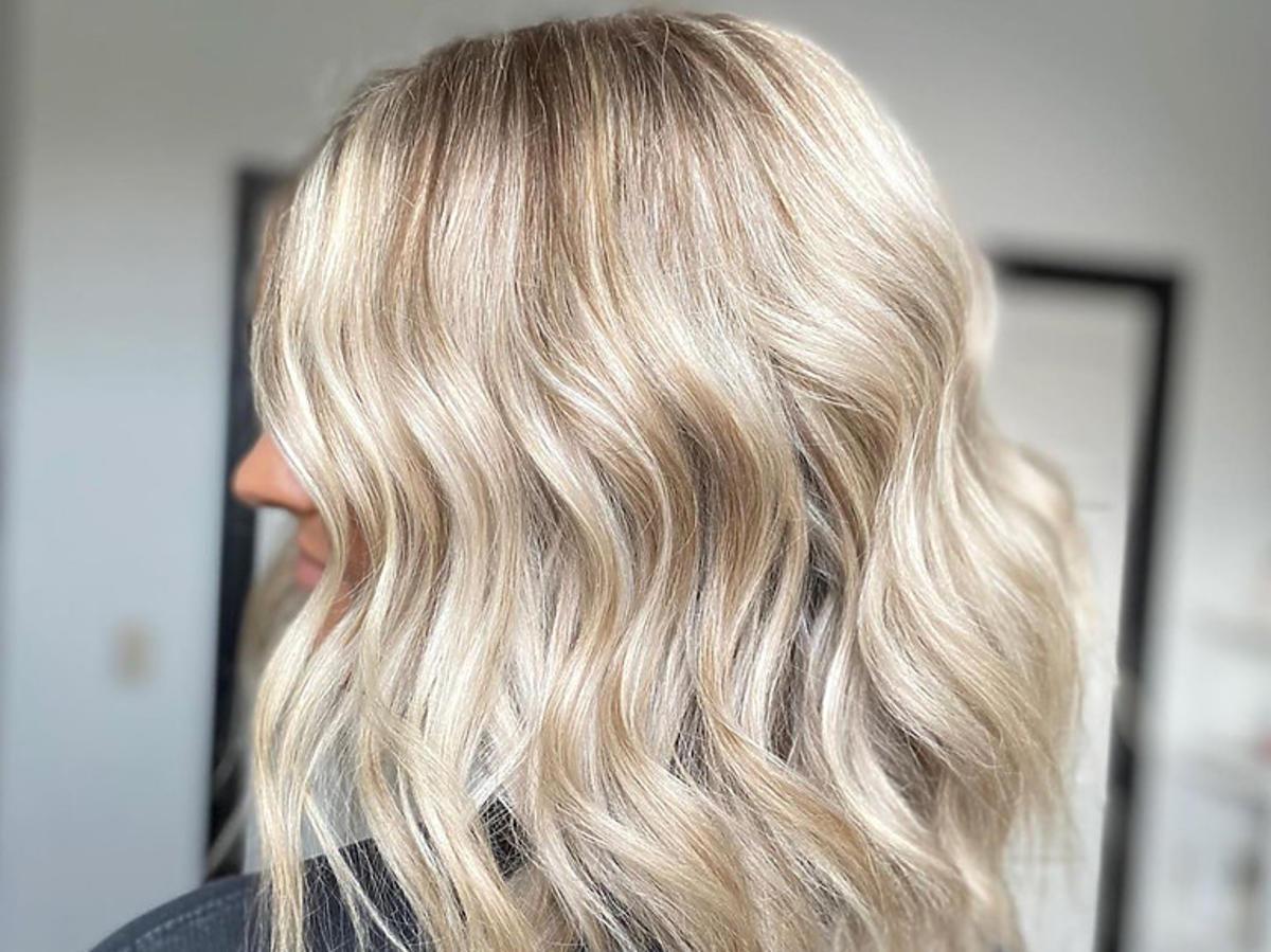 Fryzury na lato 2020. Szampański blond to najgorętszy trend w koloryzacji włosów na wakacje 2020!