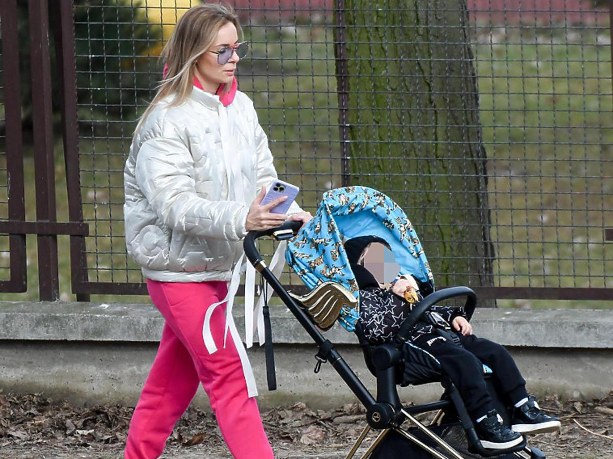 Izabela Janachowska na spacerze z synem w spacerówce Cybex ze złotymi skrzydłami