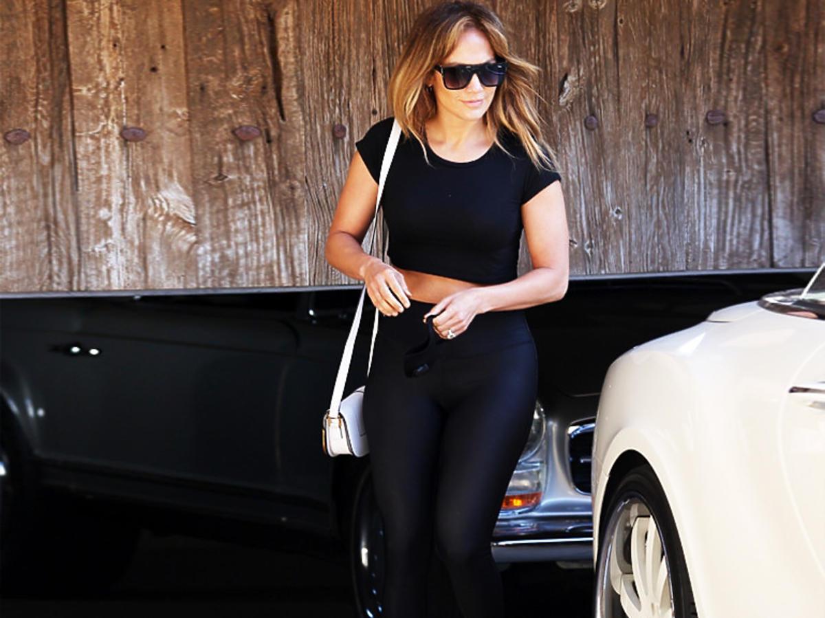 Jennifer Lopez w białych sneakersach