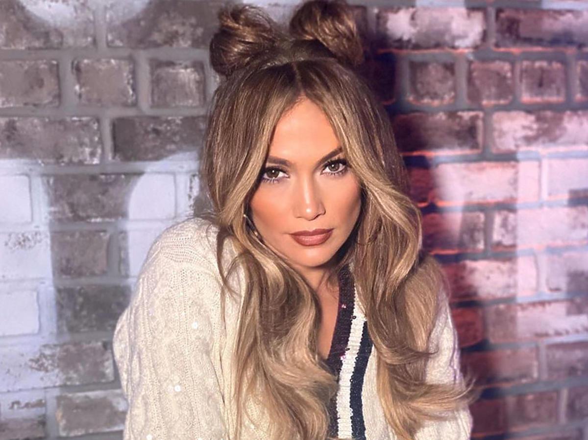 Jennifer Lopez w białych spodniach paperbag, które pogrubiają!