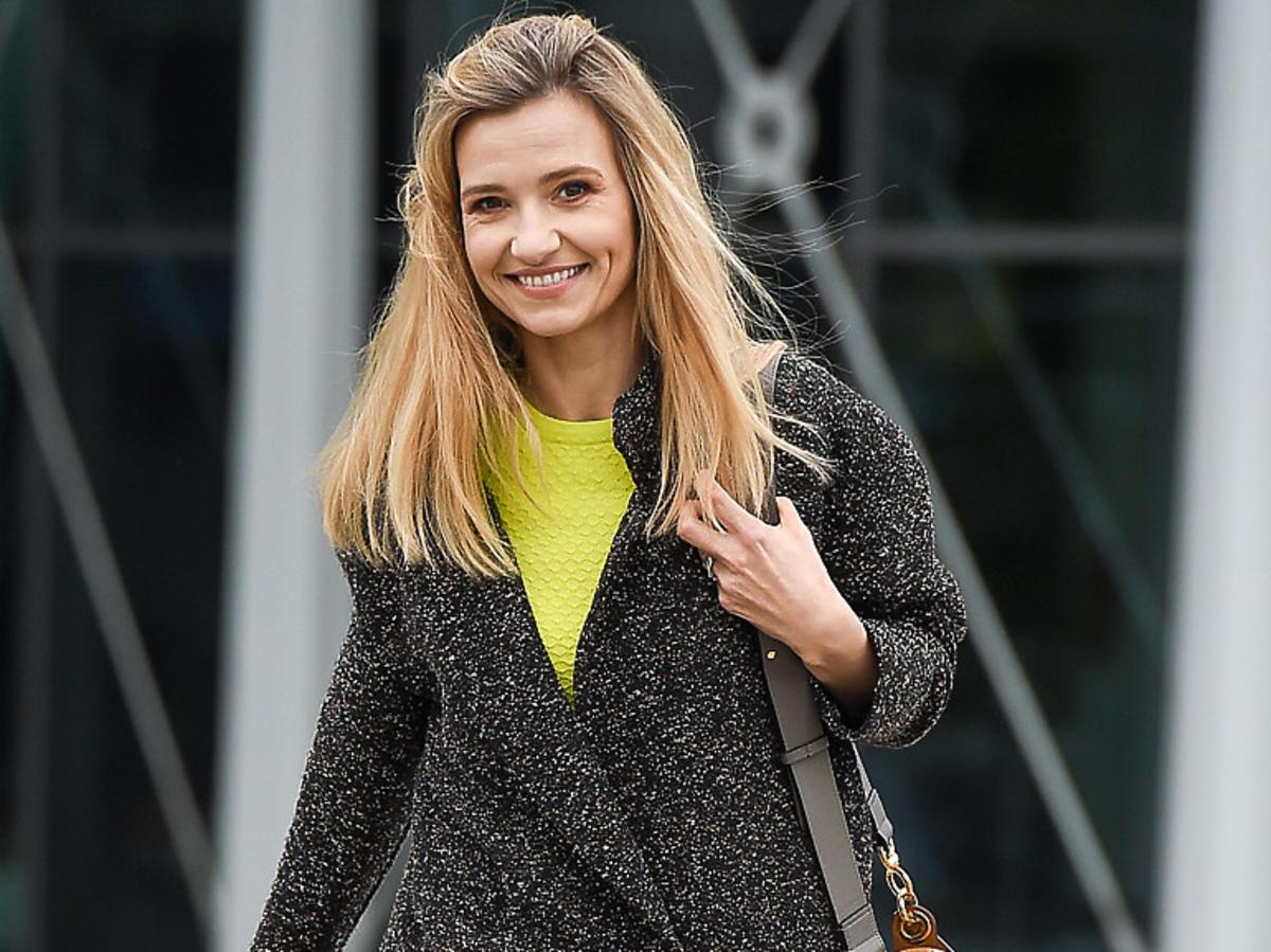 Joanna Koroniewska w jesiennym płaszczu