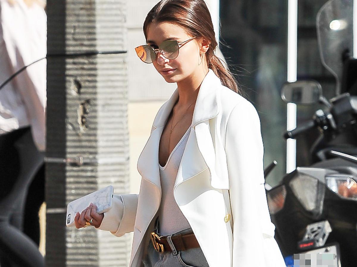 Julia Wieniawa w białej wiosennej kurtce