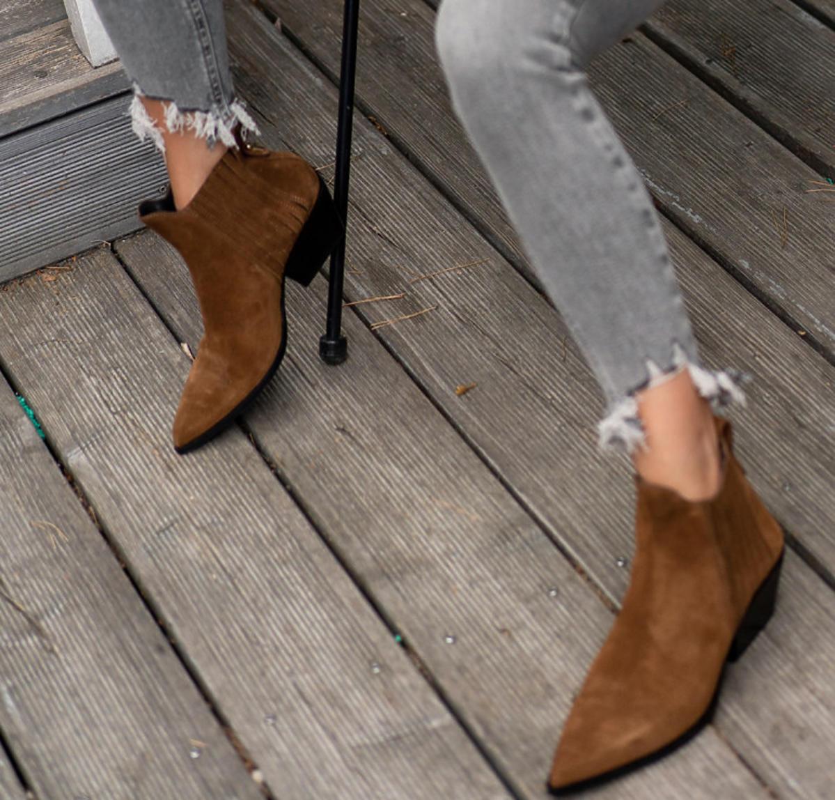Julia Wieniawa w brązowych botkach na jesień 2020