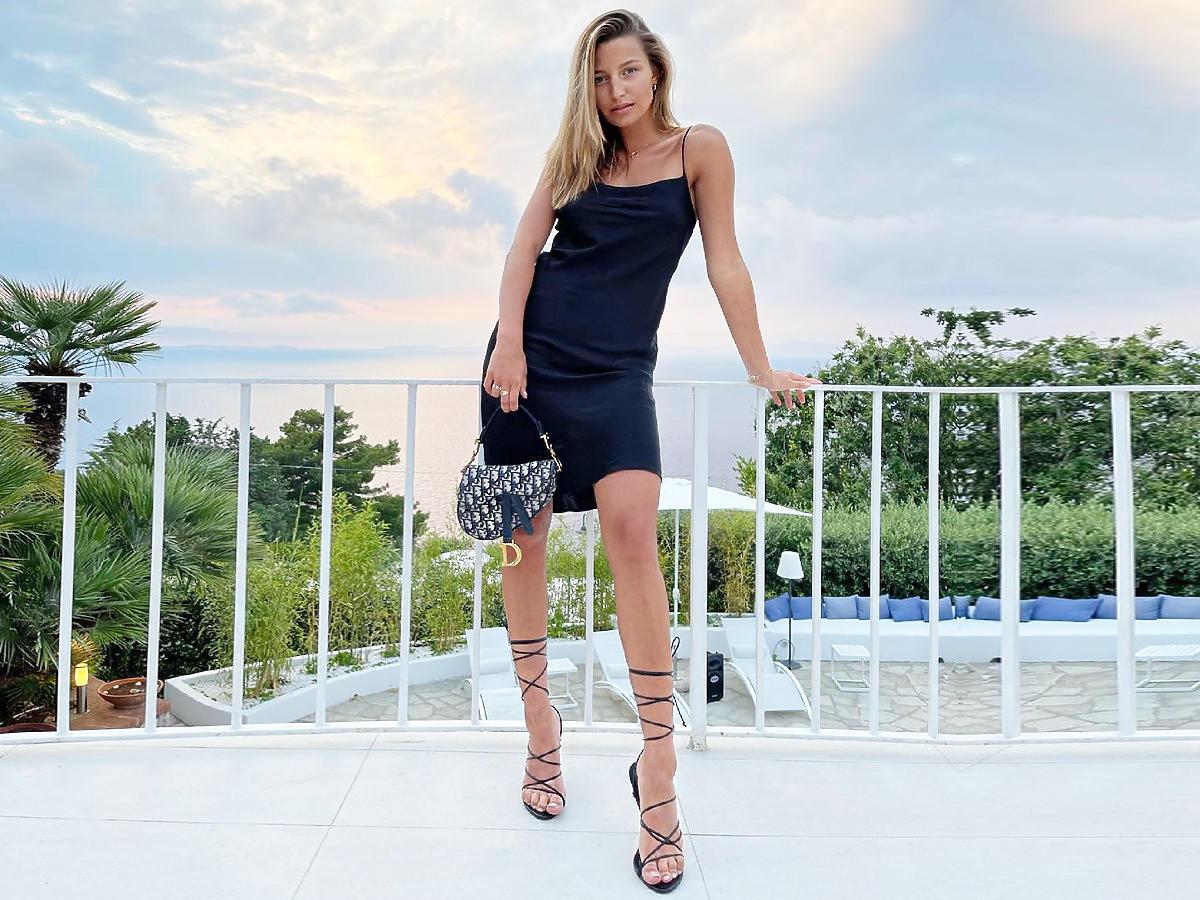 Julia Wieniawa w czarnych wiązanych sandałkach na słupku