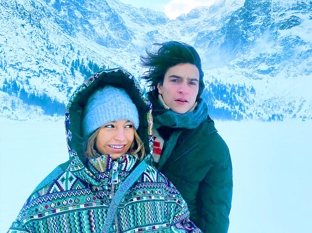 Julia Wieniawa w zielonej puchowej kurtce Khrisjoy z Nikodemem Rozbickim w górach
