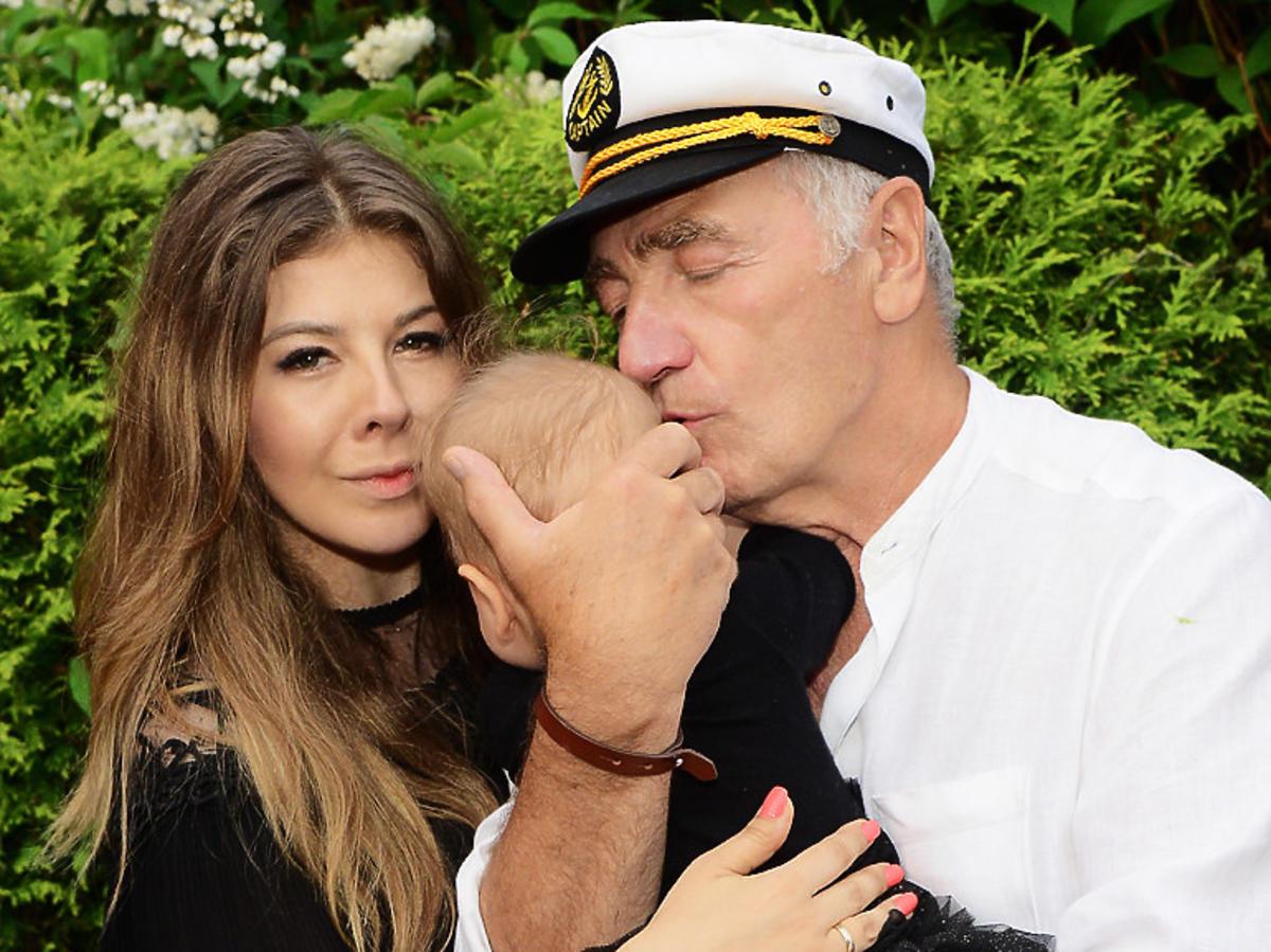 Karol Strasburger z Patrycją Weremczuk i córką na swoich 73. urodzinach