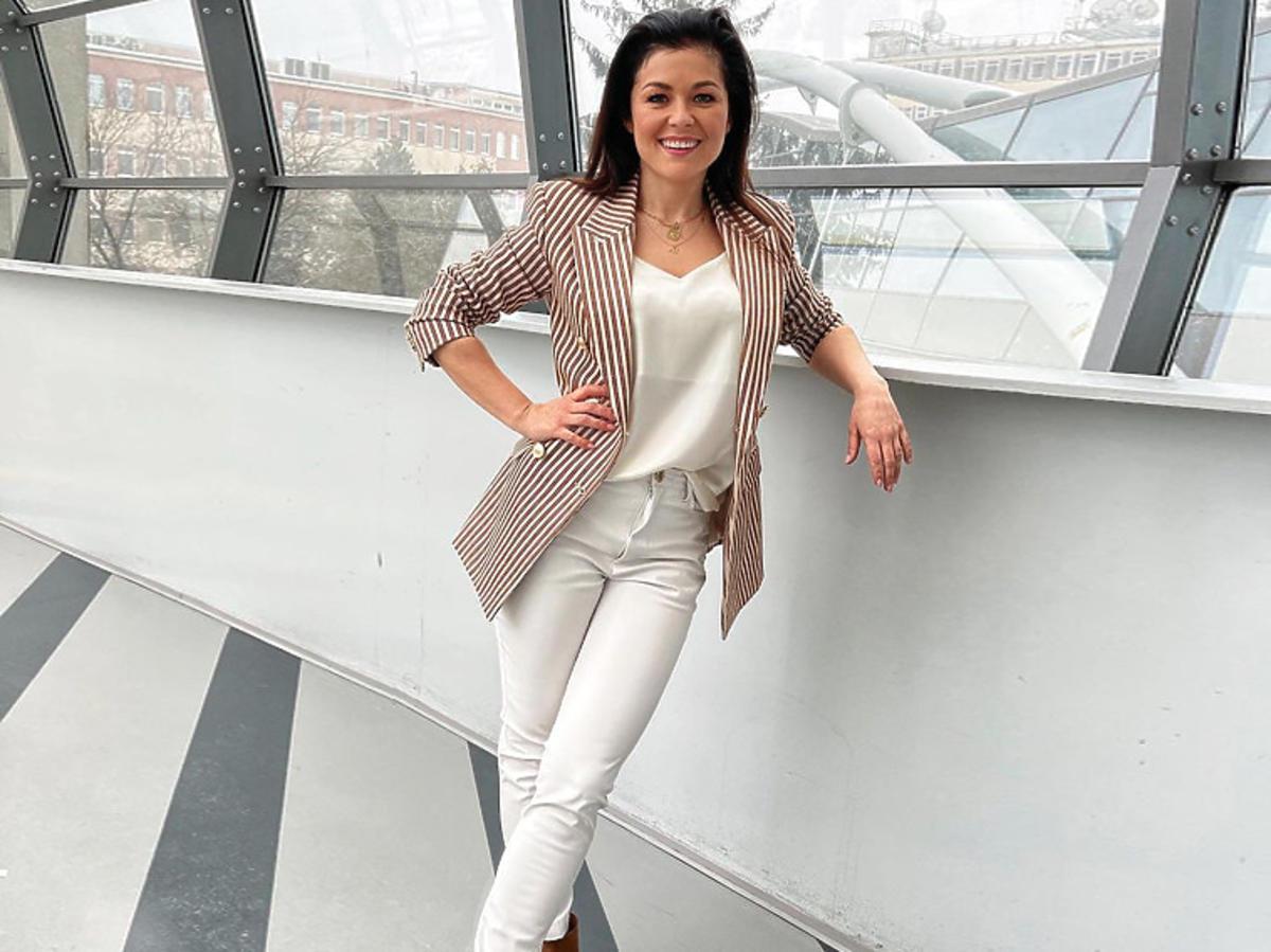 Kasia Cichopek w białych spodniach i brązowych botkach Carinii
