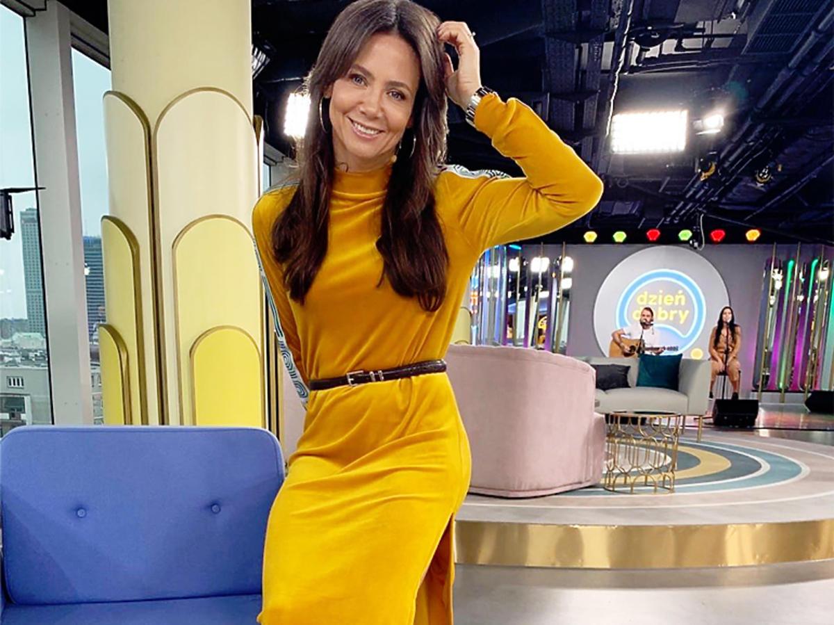 Kinga Rusin w żółtej welurowej sukience