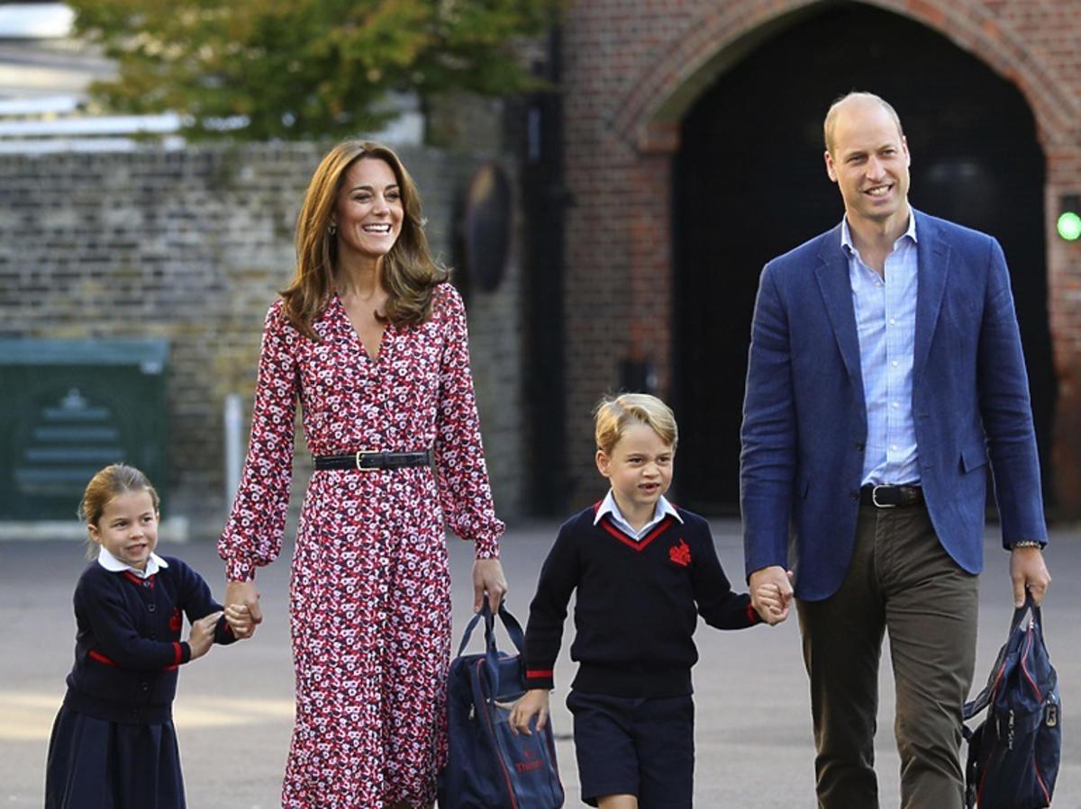 Księżna Kate w czerwonej sukience w kwiaty Michaela Korsa